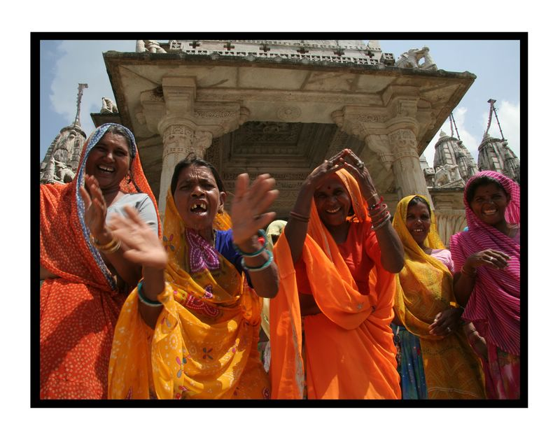 Women singing to me at the temple