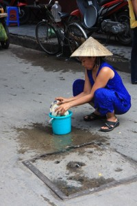 Washing dishes in the street...why not?!