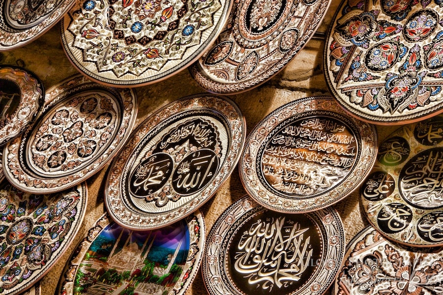 metal plates in the grand bazaar